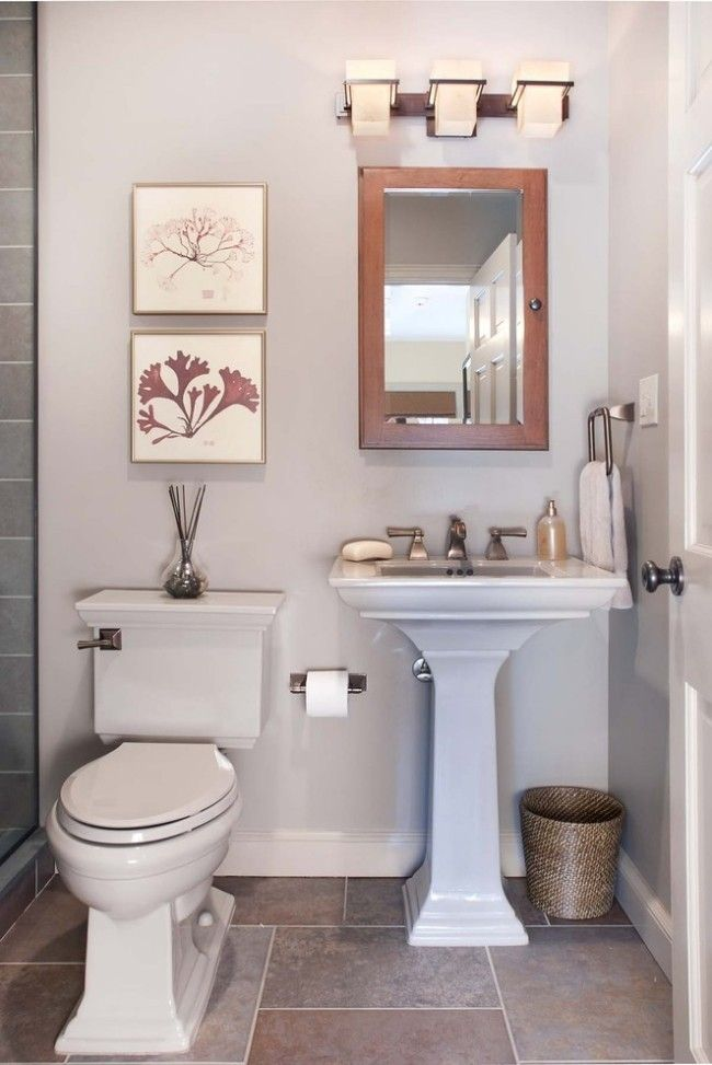 Kleines Badezimmer in weiß mit Sockel-Waschbecken, Holzspiegelrahmen