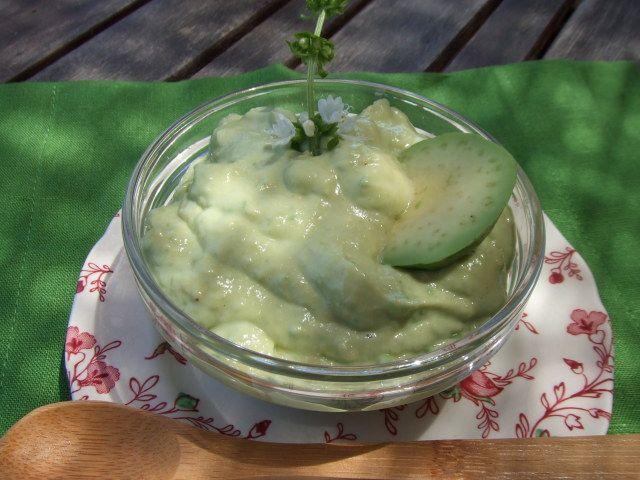 Salsa de aguacate y mayonesa. Ver receta: http://www.mis-recetas.org/recetas/show/74751-salsa-de-aguacate-y-mayonesa