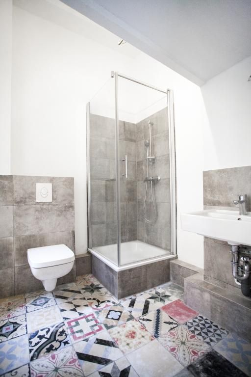 Badezimmer Mit Individueller Note Fliesen Bunt Boden Bad