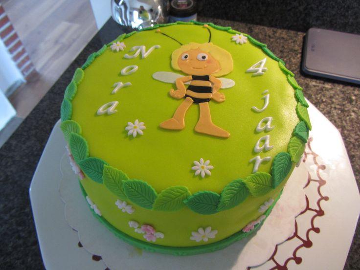 Maja-verjaardagstaart met vanillebiscuit gevuld met aardbeien en banketbakkersroom