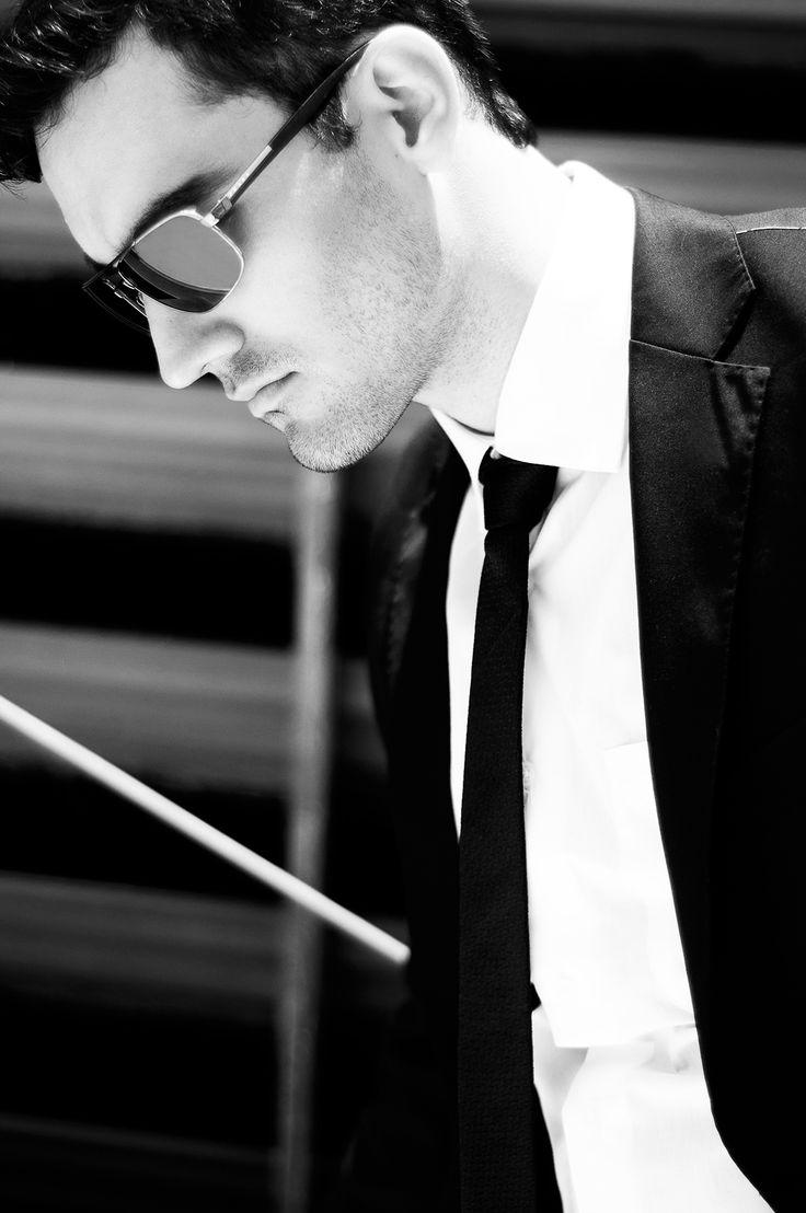 En esta edición de septiembre #RevistaLaQuinta Para los hombres contemporáneos este #Look ejecutivo y moderno. Pantalón con corte en bota salido de lo convencional y la siempre adecuada corbata delgada. Las gafas de sol son fundamentales como complemento perfecto.  Traje Oscar de la renta, zapatos y cinturón de #Dimarcos gafas de sol #Prada de Multiopticas.  Fotógrafo: Andrés Espinosa - Modelo: Oscar Fernando Gómez.