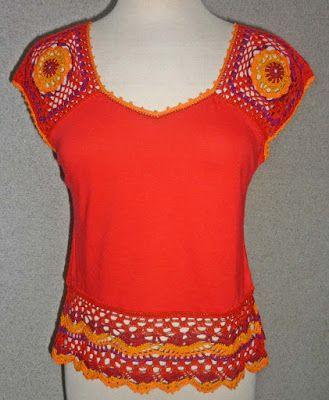 Blusa elaborada en tela jersey roja con tejido a crochet en hilos de colores rojo, anaranjado, amarillo y púrpura, Talla S