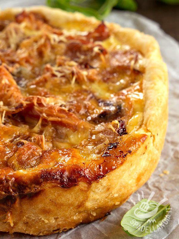 La Torta salata alle cipolle è un grande classico, fra le preparazioni salate. Gustosissima, con il ripieno di emmental, parmigiano e philadelfia!