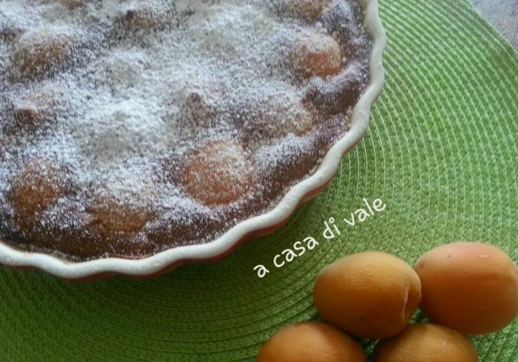 Il clafoutis di albicocche è un dolce al cucchiaio tipico della cucina francese. Ricorda il sapore delle crépes e si prepara in pochi minuti.