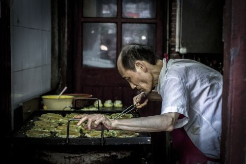 Scallion oil pancakes… People queue sometimes for more than two hours to get their hands on these. Downtown shanghai. Monday, 6th June, 2016. Photography Wil Graham