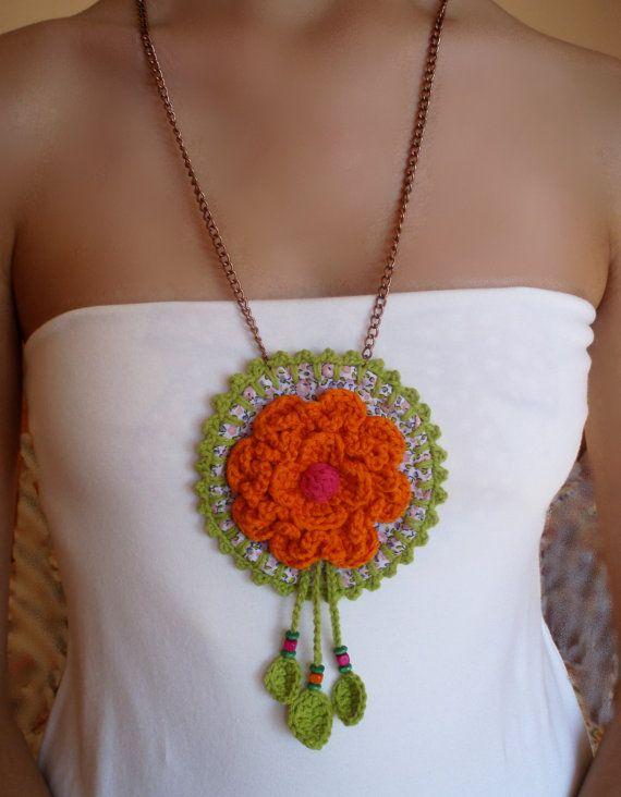#Collar medallón con flor naranja y abalorios tejido en #crochet. Diseño original de DIDIcrochet, €15.00