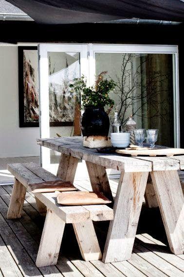 Mesa y bancos de madera para comer en al aire libre