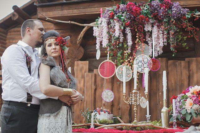 Бордовая свадьба в стиле бохо, жених и невеста возле сладкого стола