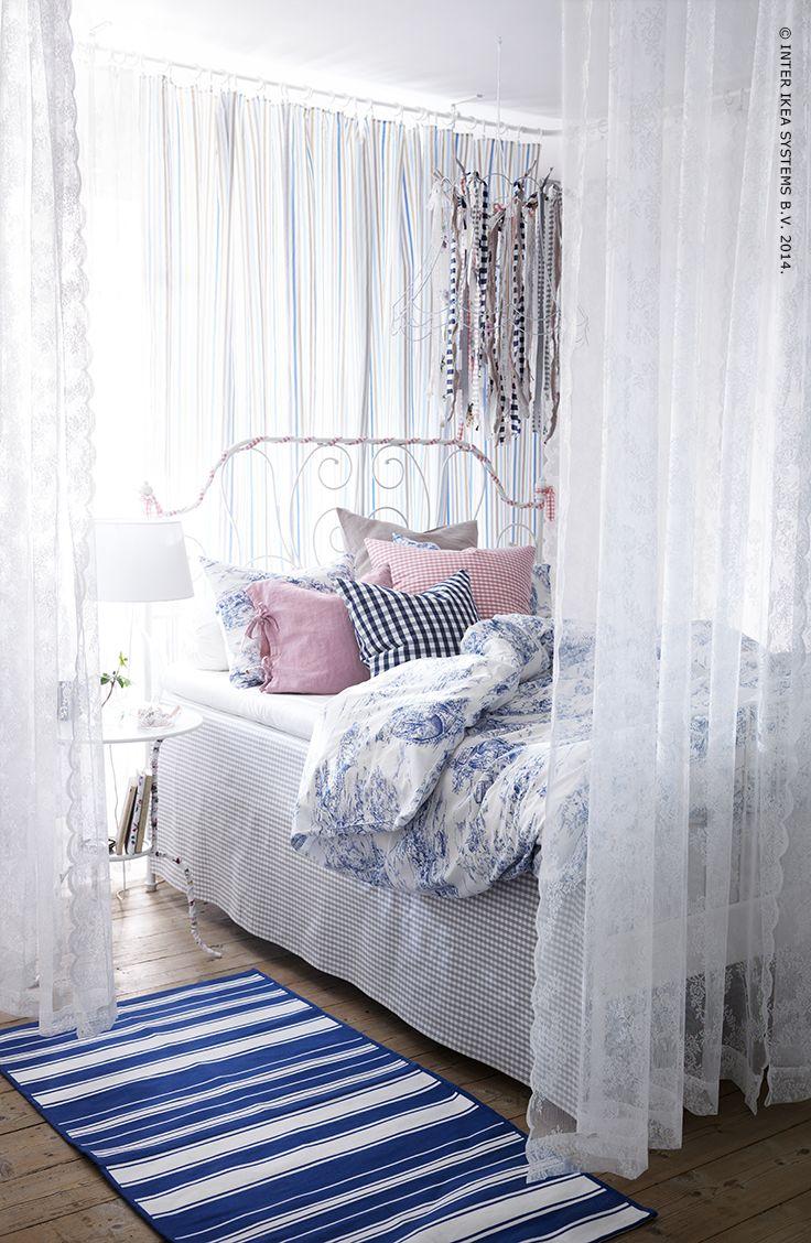 Een romantische sfeer creëer je door verschillende textielpatronen met elkaar te combineren in een gekozen kleurgamma.