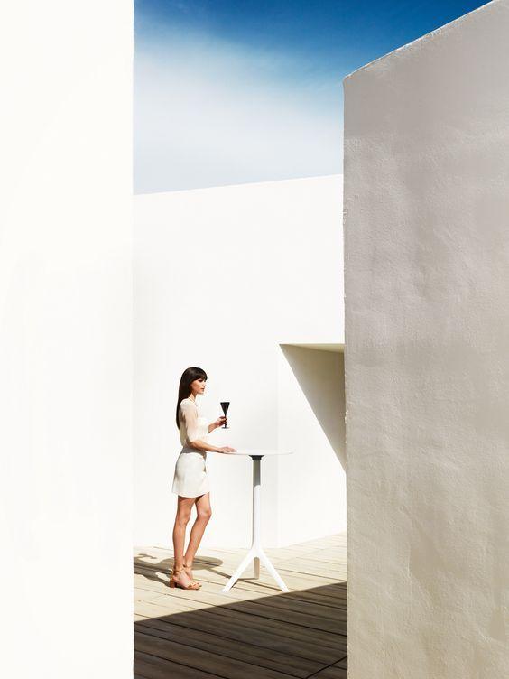 MARI-SOL design contemporain Table Trépied de bar avec plateau rond. Convient pour une utilisation intérieure et extérieure. Idéale pour la Terrasse d'un bar, le Bar d'un Restaurant, le Jardin d'un Hôtel... #extérieur #moderne #contemporain #design