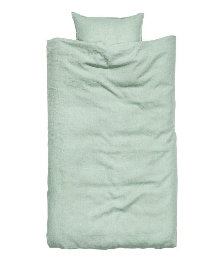 Ljusgrå. PREMIUM QUALITY. Ett påslakanset i tvättat linne med dubbelstickad kantsöm. Påslakanet knäpps nedtill med dolda tryckknappar i metall. Ett örngott