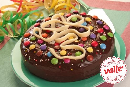 Una Torta di Carnevale tutta colorata con coriandoli e stelle filanti!