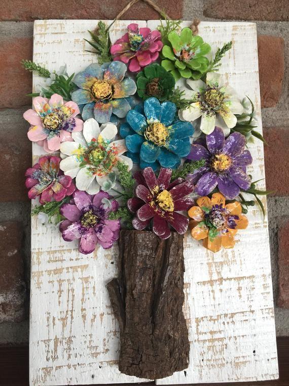 Dieses ausgefallene Design umfasst Tannenzapfenblumen, die von Hand geschnitten,…