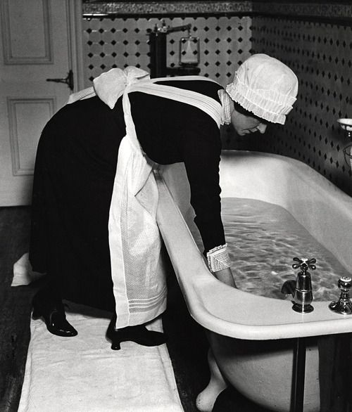Preparing a bath ca.1936. Photo: Bill Brandt