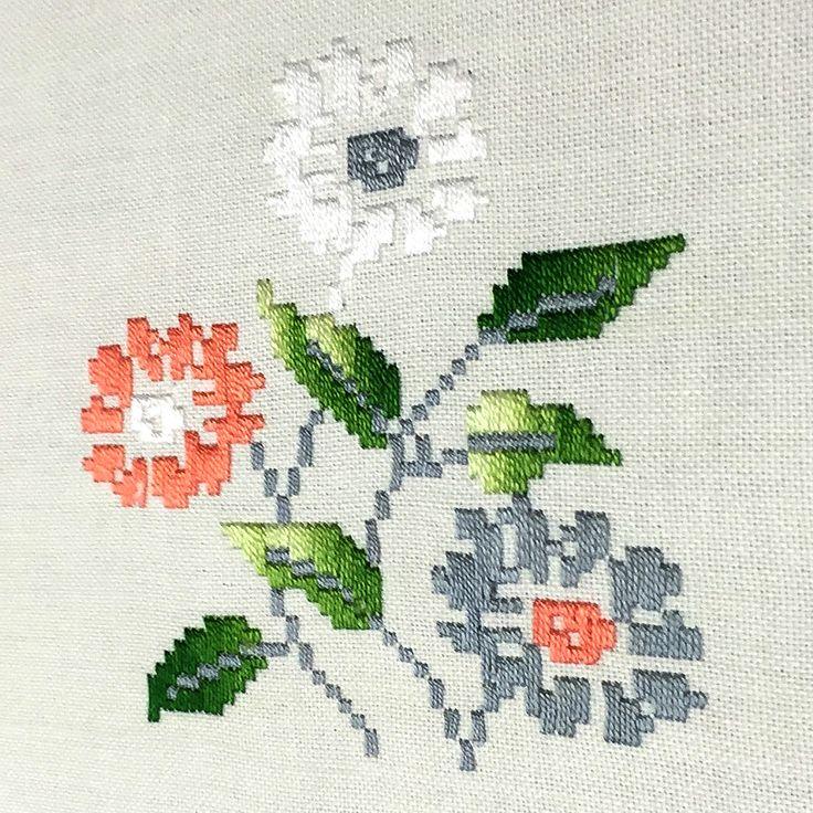 Mantel de Lagartera Bordado A MANO. Diseño de ramos de flores bordadas en colores a punto de cruz, compartiendo el mantel con estrellas en deshilado. Confeccionado en tela de Panamá de fácil planchado (Hilo de tergal 100%). Recomendamos lavar a 30º para evitar demasiadas arrugas. Se puede utilizar legía de color. 12 Servilletas incluidas según tamaño. Producto fabricado en España. Una obra de arte que puedes comprar en www.lagarterana.com