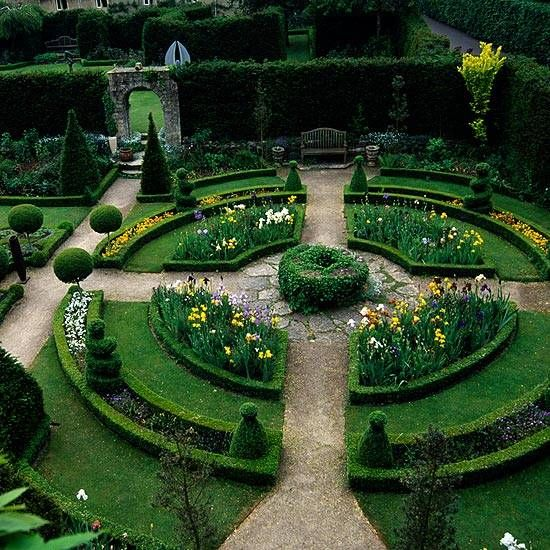 A geometric shape, carefully pruned hedges, and symmetrical colors and shrubs make all the difference