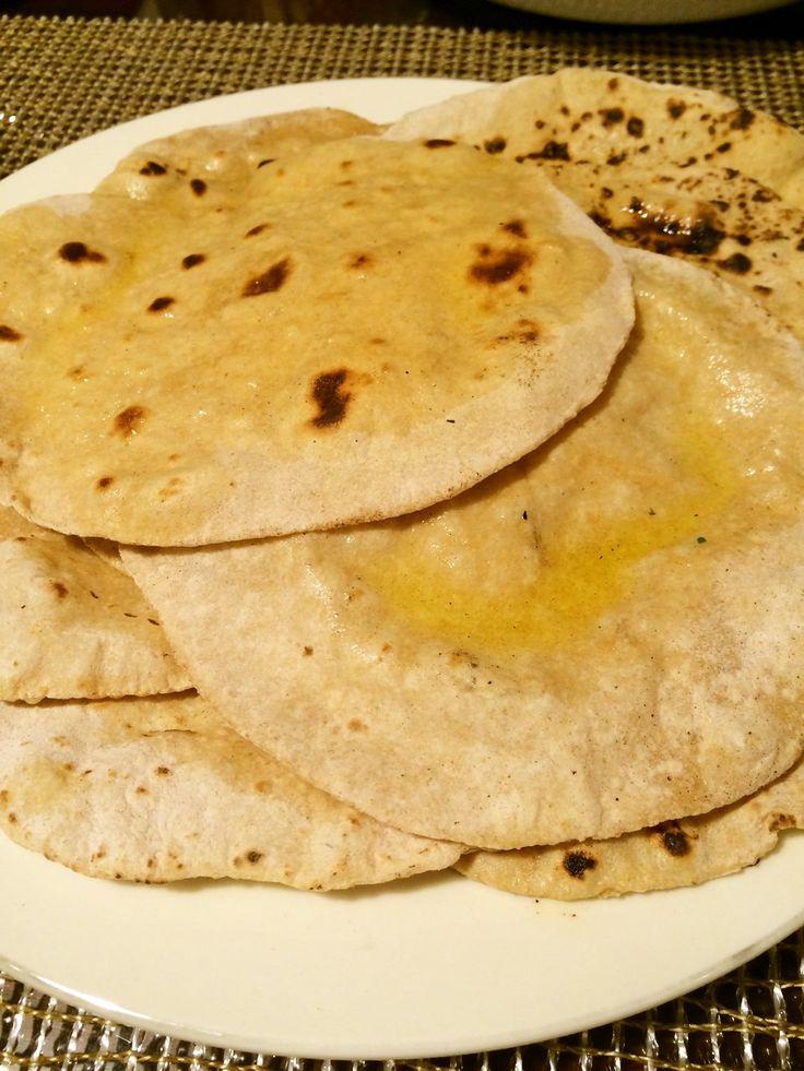 簡単!チャパティの作り方                   全粒粉を薄く伸ばして焼いたインドのパン。アーユルヴェーダ的に塩をいれず、水のみで作っています。 アーユルカオリ 材料 (8枚分) 全粒粉 240g 水 160cc 打ち粉 適量 作り方 1分量の粉と水を混ぜて、5分ほどよくこねます。 2丸めてラップか濡れ布をかぶせて1時間以上寝かせます。(写真はチャパティ2枚分) 3生地を8等分し、打ち粉をした台で、薄く均等になるようにのばします。一枚16cmぐらい。 4フライパンなどで焦げ目が少し出来るまで、油をひかずに焼く。 5今後は直火の上で焼いて、まんべんなくぷくーっとふくれてきたら完成! コツ・ポイント 生地をよく寝かせること、あせらず落ち着いてやることがポイントです♪