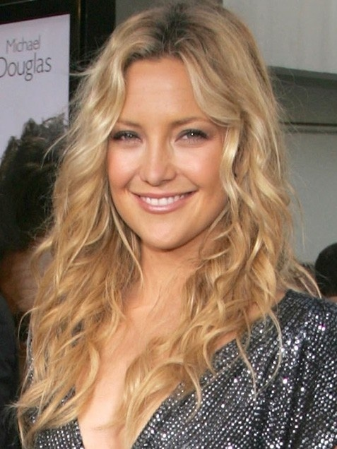 Hipster mom Kate Hudson always looks fab embracing her natural curls. #momuniform #hair #blonde