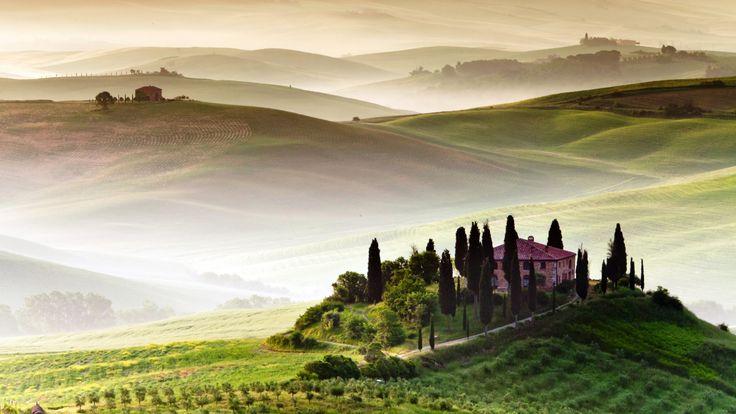 Скачать обои поля, Италия, туман, холм, деревья, Тоскана, Tuscany, дом, простор, раздел пейзажи в разрешении 1920x1080