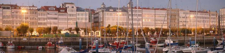 Las galerías acristaladas que se asoman a la dársena de la Marina son uno de los símbolos de A Coruña.