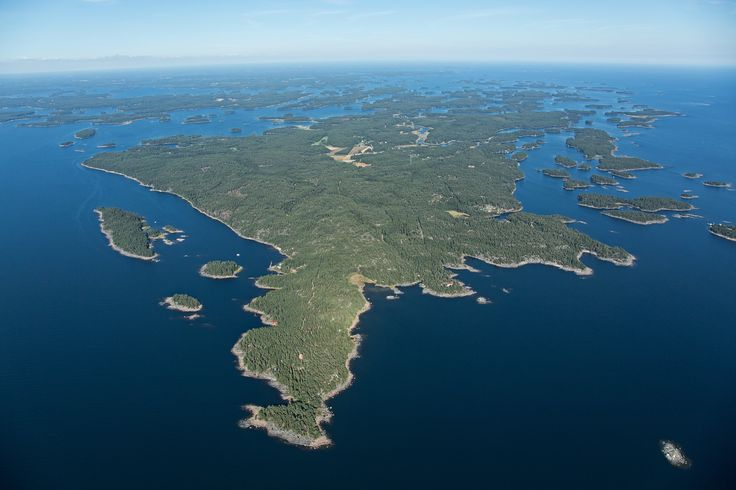 The archipelago scene varies from larger islands dotted with rustic pastures and vibrant villages, to wild and windswept rocky islets.  www.visitporvoo.fi