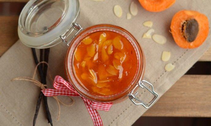 Meruňkový džem s vanilkou a mandlemi