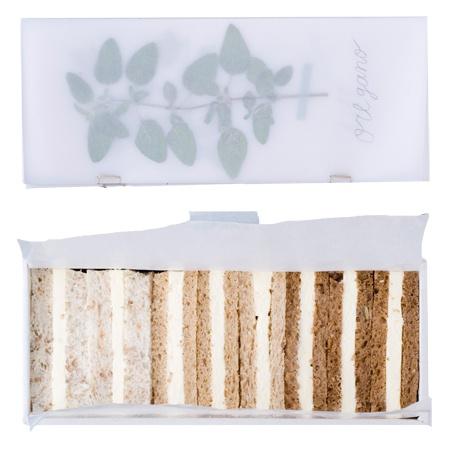 「おいしい教室」が本になった!10人が選んだ感動のお弁当|遠山正道のお弁当をめぐる冒険|CREA WEB(クレア ウェブ) 白い箱を開けると12種類のハーブを押し花にした香りのいい自作の冊子が現れ、その下にクリームチーズを挟んだサンドイッチ。ハーブを冊子からとって自分でサンドイッチにはさんで食べるという趣向。パンも、グラハムパン、ライ麦パン、雑穀パンと3種類使ってグラデーションに