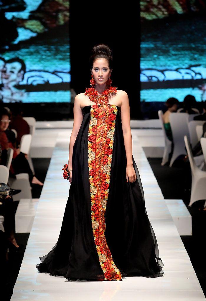 http://www.zimbio.com/pictures/_kZ8SQQckg9/Jakarta Fashion Week 2009 10 Day 1/IEoeVtEg0va