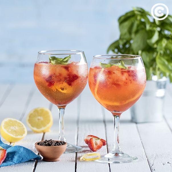 Gin tónico de morangos e manjericão. Saiba mais em: https://chef.continente.pt/receitas/gin-tonico-de-morangos-e-manjericao