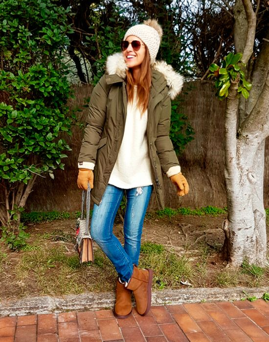 Tras la pista de Paula Echevarría » PREPARADA PARA EL FRÍO. Ivory oversized sweater+ripped straight jeans+brown UGG boots+khaki padded parka+ivory pompom beanie+aviator sunglasses+gloves. Winter Casual Outfit 2016-17