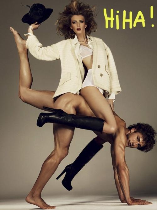 L'homme à tout faire.  Pratique, agréable à regarder et très doux au toucher, l'homme nu est le nouvel objet indispensable à votre vie de femme active débordée.    En plus de vous apporter le réconfort d'une présence, il facilitera votre quotidien.    Dans cette série de mode du magazine Antidote, on découvre ainsi que l'homme nu possède des fonctions totalement inexplorées.
