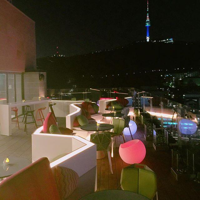 반짝반짝 #불꽃축제 에 뒤지지 않는 #르스타일 #야경 ✨ 놀러 오세요 :)  ▶️ 문의 및 예약 : 02.6020.8880  #루프탑바 #야경 #불꽃축제 #fireworks #night #nightview #seoul #rooftop #hot #ibisstylesmyeongdong #lestylebar #이비스스타일명동 #맛집 #바 #일상 #여유 #휴가 #일상