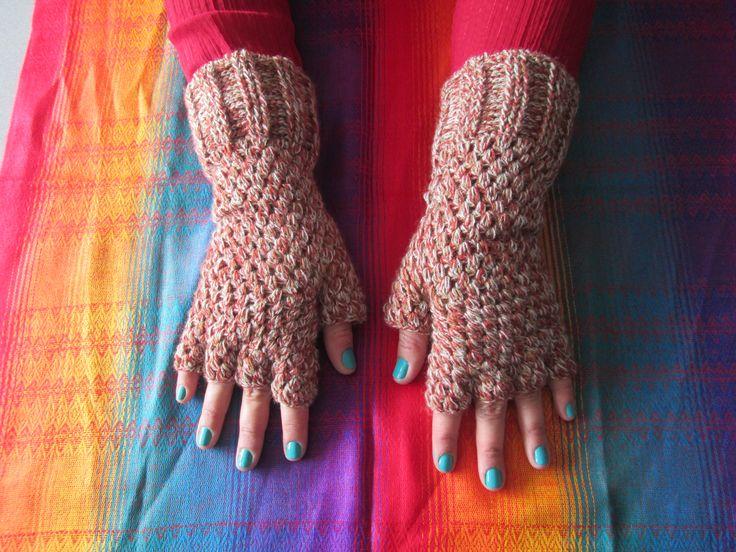 Guantes en crochet sin dedos. Dan mucho calorcito y puedes usarlos todo el tiempo.