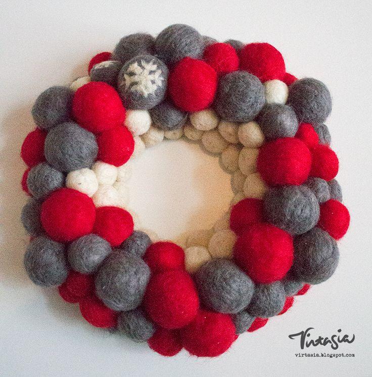 Jouluinen huopapallokranssi #kranssi #huovutus #huopapallo #joulu #wreath #felting #Christmas #virtasia