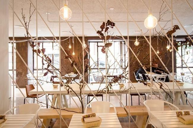 Tierra Burrito Bar en calle Sagasta, Madrid. Proyecto de Plantea Arquitectura encontrado en http://www.decoesfera.com/otros-espacios/tierra-burrito-bar-un-restaurante-con-los-materiales-naturales-como-grandes-protagonistas