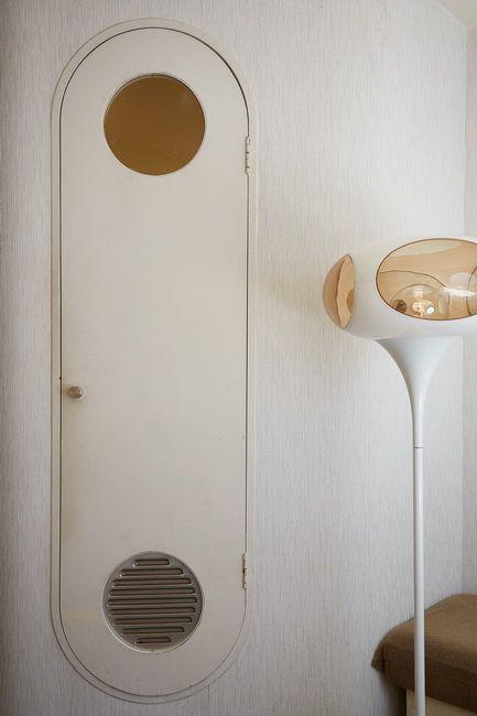 ユニットバスの扉。傍らにある照明器具は、カプセルのデザインに合うように選んだという撮影:石川茂利