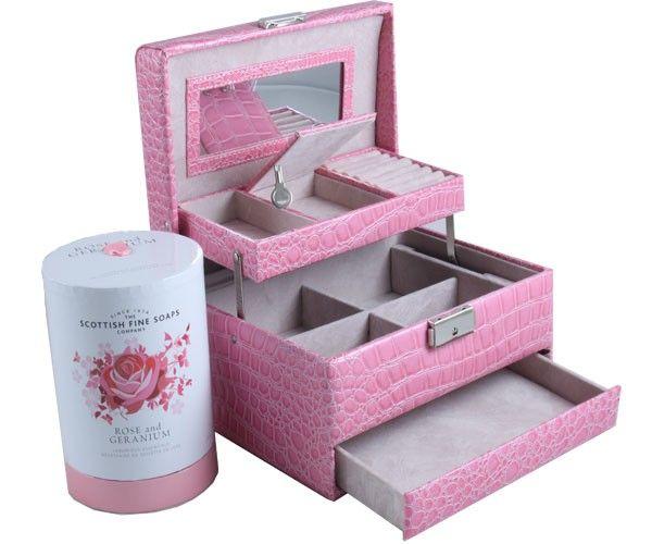 http://www.borealy.ro/cadouri-femei/set-cadou-cutie-bijuterii-croco-pink-scottish-fine-soaps.html