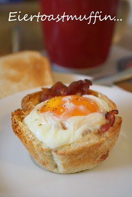 Eiertoastmuffin Man muss Toastscheiben mit dem nudelholz flach rollen, mit einer Dessertschüssel einen Kreis ausstechen (es war Sandwichtoast gefordert, geht aber auch mit normalem kleinen Toast!) - dieses Toastkreis in die gefettete muffinform drücken - Frühstücksbacon anbrutzeln und in den Toast geben - darauf vorsichtig ein Ei - 200° Ober/Unterhitze 20 min bis das Ei komplett gestockt ist - Salz und Pfeffer - fertig ! Sieht schön aus und schmeckt auch so :)