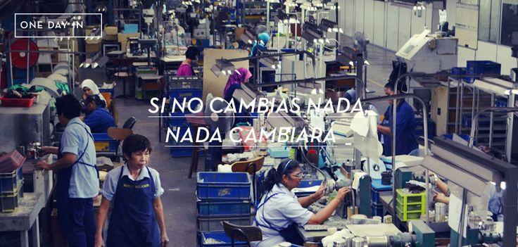 Curiosa imagen la de la foto. Trabajo en fábrica de acuerdo con el modelo de la revolución industrial, estabilidad, más o menos bien remunerado. Hoy todo esto parece casi una utopía, nos ha tocado vivir la época que nos desocupa, en lugar de ocuparnos. En las fábricas la palabra más temida es