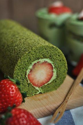 Receta vegana de roll cake o brazo de gitano con té verde Matcha, relleno de crema vegetal con fresas.
