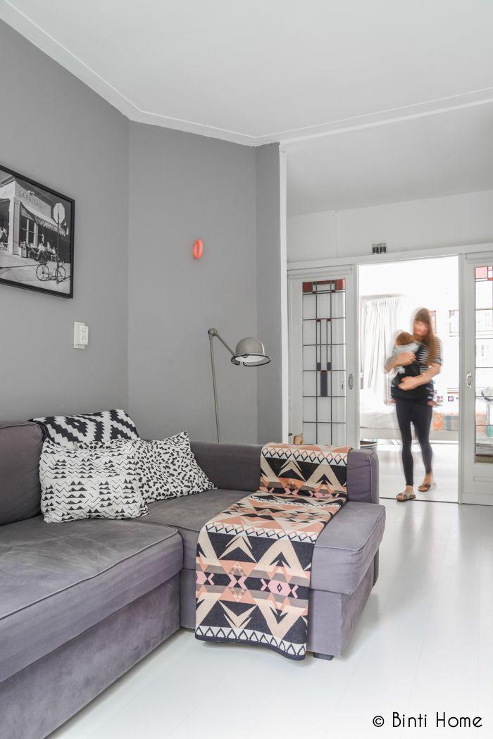 Binti Home Blog: Aesthetic bright home in Amsterdam, #grey couch, #interior, #living Vind het kleed leuk en de kleuren