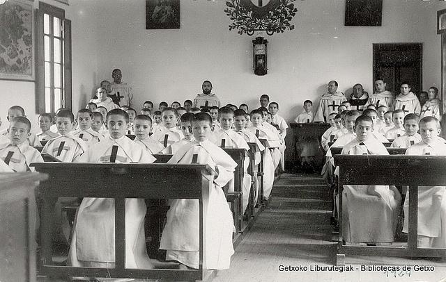 Grupo de aspirantes en la sala de estudios del recién inaugurado Colegio de Algorta, 1924. Detrá el P. León, el P. Serafín, el P. Fernando y el P. Segundo (Colección Trinitarios de Algorta) (ref. 01635)