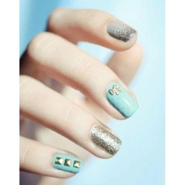 Glitter nails: Όλα τα σχέδια και χρώματα για εντυπωσιακά γιορτινά νύχια