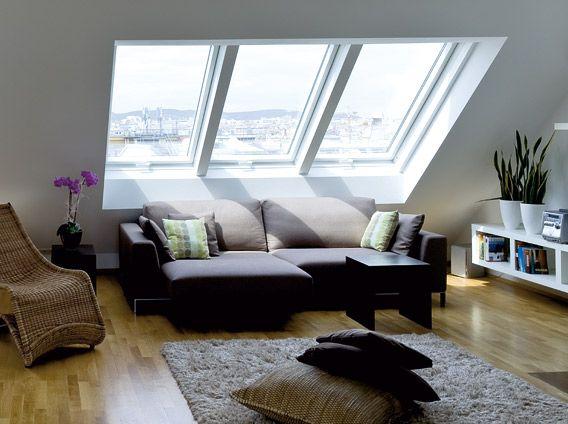 Wohnzimmer über den Dächern der Stadt, modern und gemütlich eingerichtet