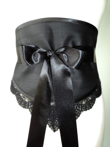 Ceinture obi rétro chic  un accessoire raffiné pour styliser  votre tenue de soirée !  Orné de dentelle noire,  lien en satin à nouer dans le dos.