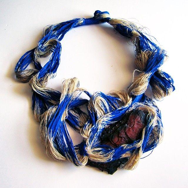"""Catalina Gibert  Collar """"Serra"""" - fusta cremada de pi mediterrani, pintura acrílica, fil de lli"""