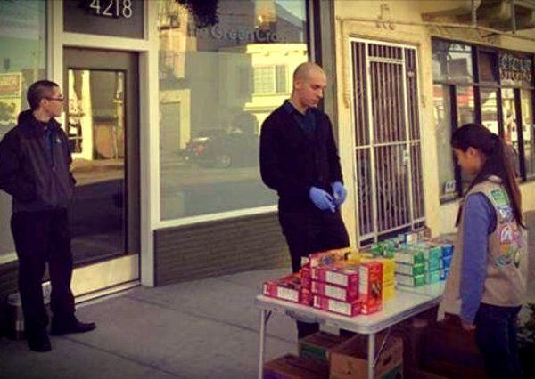 """L'idea geniale di una ragazzina di 15 anni: vende biscotti sfruttando la """"fame chimica""""  http://tuttacronaca.wordpress.com/2014/02/24/lidea-geniale-di-una-ragazzina-di-15-anni-vende-biscotti-sfruttando-la-fame-chimica/"""