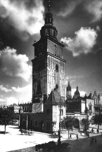 Ratusz wraz z XVIII-to wiecznym neogotyckim odwachem zburzonym w 1946 roku. Fot. ze zbiorów wawel.net