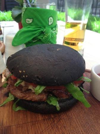 бургер со стейком и булочкой с чернилами каракатицы