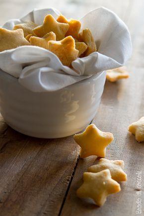 Guarda la ricetta per preparare in casa questi gustosi biscotti salati. I frollini al Parmigiano sono una bontà irresistibile, ottimi per snack e aperitivi.